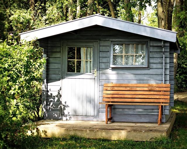 Une cabane de jardin entretenue
