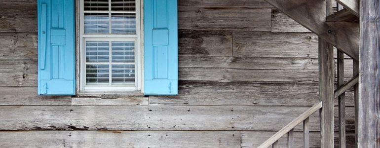 Volets bleus sur maison en bois