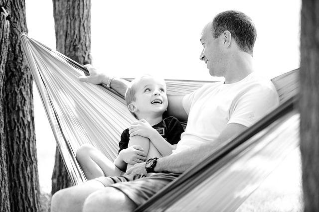 Papa et son fils dans leur hamac