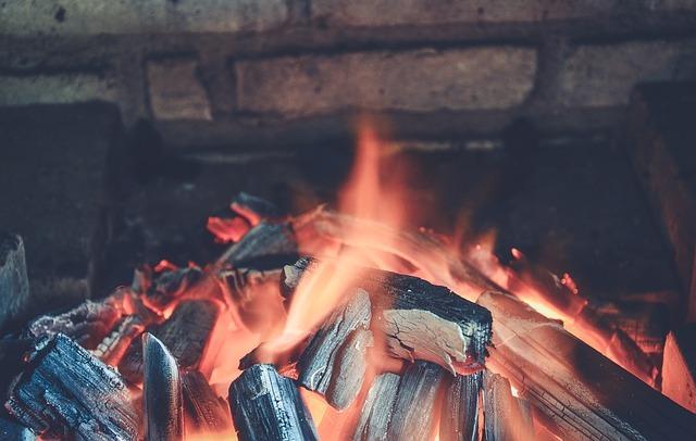 Braises dans un barbecue en brique