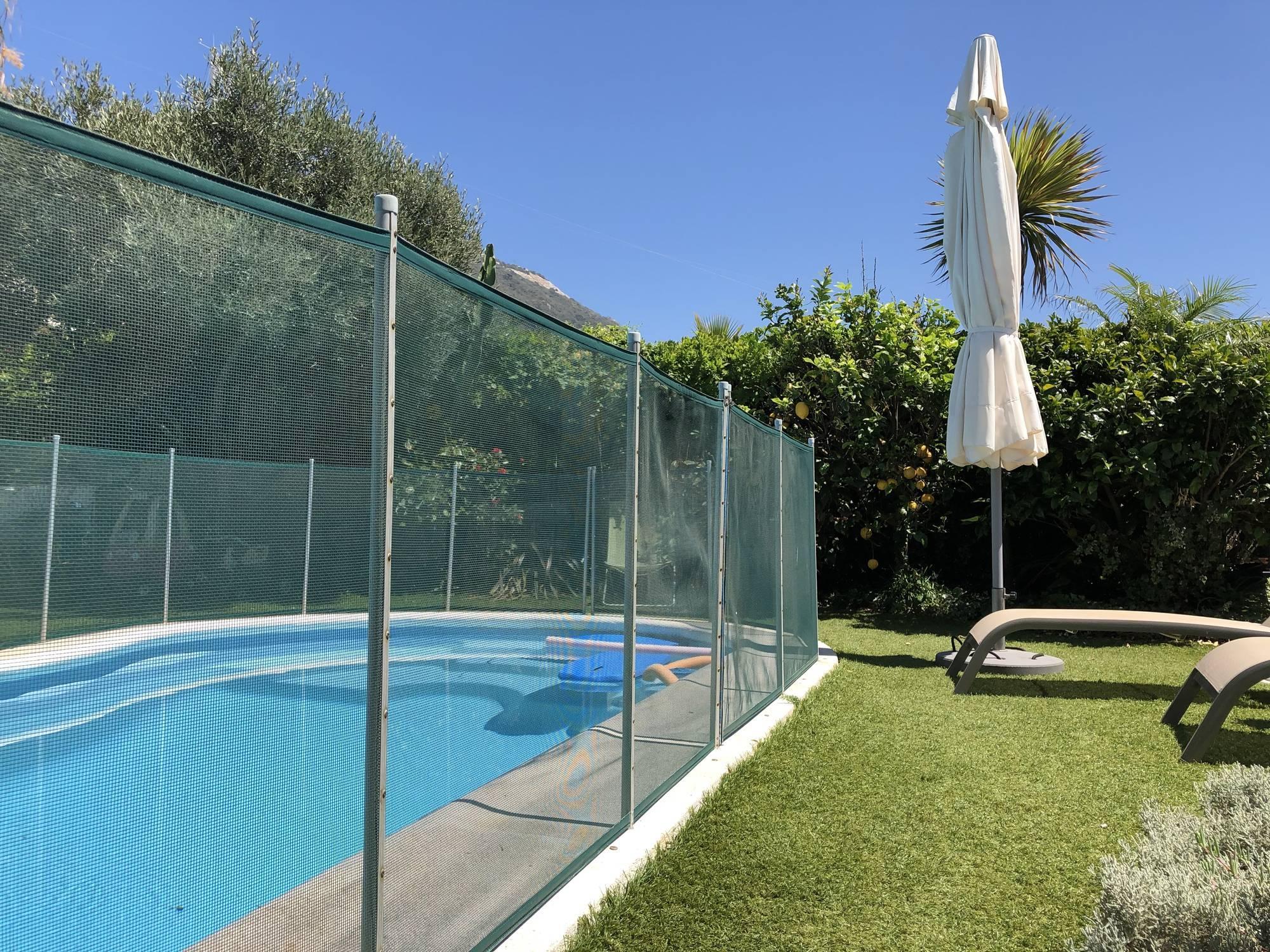 piscine non couverte sans volet roulant